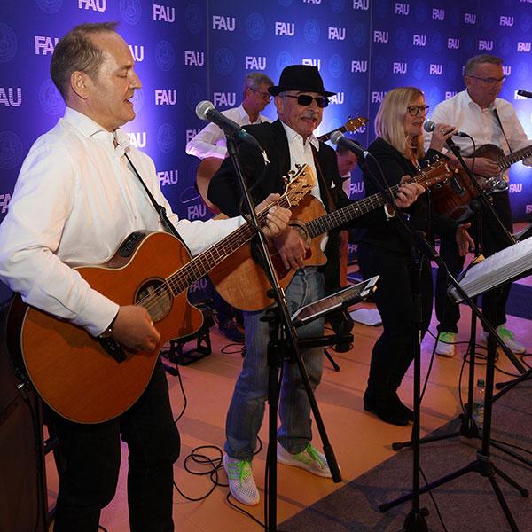 Musiker der Band Exit 49 auf der Bühne.