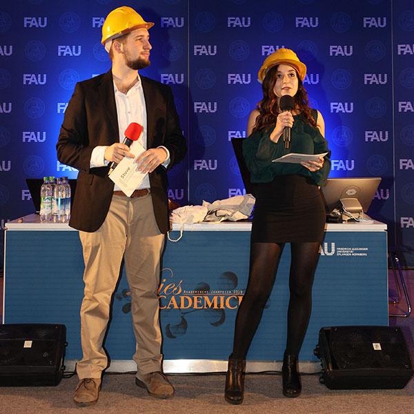 Aydan Eda Simsek und Selim Kücükkaya mit Bauhelmen.