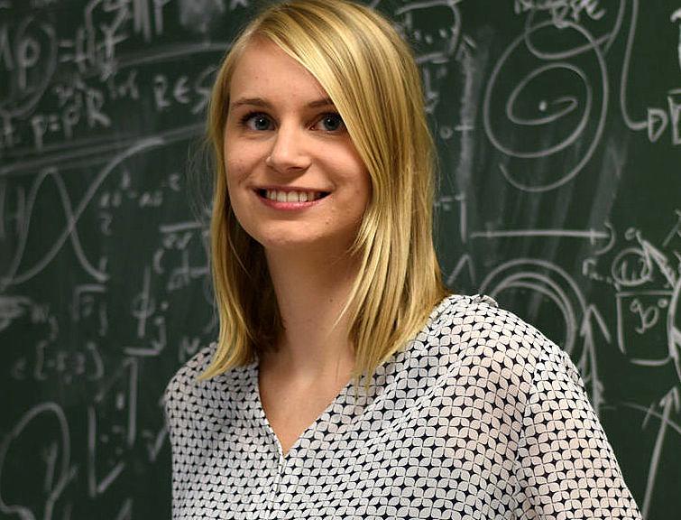 Elisabeth Hoppe vor Tafel